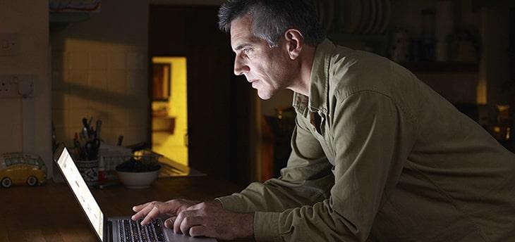 Фото человека который читает сайт блог